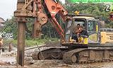 三一 SR150C旋挖钻机与林克贝尔特履带式起重机工作