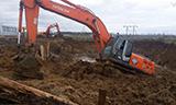 日立ZX330挖掘机摆脱烂泥