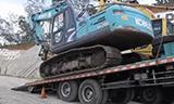 卡车运输神钢SK200挖掘机和小松PC200 挖掘机