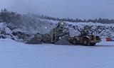 阿克曼EC450挖掘机与卡特980G轮式装载机在矿山工作