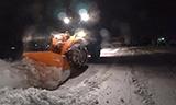 日本轮式装载机深夜除雪