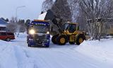 沃尔沃L90F轮式装载机将积雪装载斯堪尼亚卡车