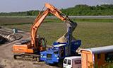 斗山挖掘机与履带式自卸车工作