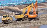 卡特彼勒D8T推土机、日立Zaxis350挖掘机在河床工作