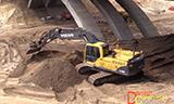 沃尔沃EC240B挖掘机在桥下工作