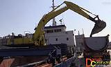 船载小松PC340挖掘机装车