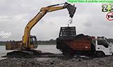 小松PC200挖掘机在采砂场装车