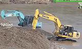 小松PC200挖掘机和神钢SK200挖掘机在河流工作