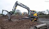 沃尔沃轮式挖掘机工作