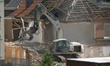 特雷克斯挖掘机拆除房屋