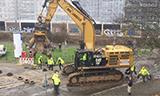 卡特390F挖掘机走上铺装道路垫轮胎保护路面
