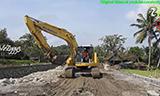 小松PC228挖掘机牵引卡车