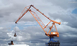 图坎港口起重机工作