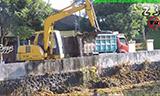 小松PC90挖掘机清理河道