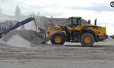 日立ZX670LCH挖掘机和小松WA500-7轮式装载机工作