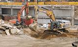 卡特彼勒345C挖掘机在工地工作
