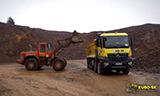 奔驰Arocs 4448卡车与沃尔沃L110E装载机工作