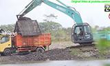 神钢SK200-10挖掘机装石子
