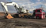 卡车转运利勃海尔984大型挖掘机