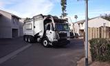 垃圾收集车在小区工作