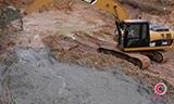 卡特320D挖掘机在淤泥塘中工作