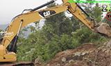 卡特彼勒320D挖掘机在山上工作