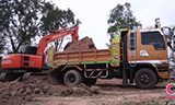 日立挖掘机装载五十铃卡车