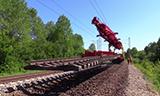 俄罗斯铁路特种起重机拆除旧铁轨