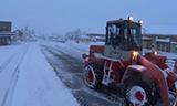 日本轮式装载机在街道除雪