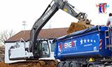 沃尔沃EC220E L挖掘机装载曼恩卡车