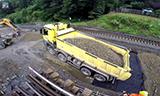 奔驰卡车与利勃海尔A 918挖掘机工作