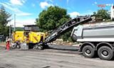 维特根W2000沥青冷刨机与达夫CF卡车工作