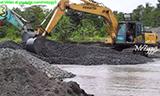 神钢SK200-10挖掘机在印尼采砂场工作