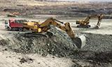 卡特365C 挖掘机在矿山装车