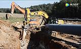 德国工人用这些大型机械挖沟埋管道,这施工效率令人惊叹
