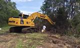 小松 PC200-8M0 挖掘机在清除杂草
