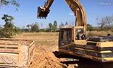 卡特彼勒320挖掘机在装载卡车