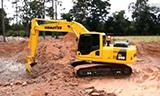 小松pc200-8挖掘机在装载卡车