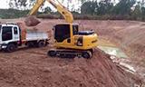 小松PC130-8挖掘机在装载卡车