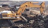 利勃海尔974挖掘机在装载卡车上的煤炭