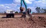 神钢sk120挖掘机在装车