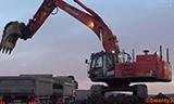 日立Zaxis 470 LCH挖掘机在装载卡车