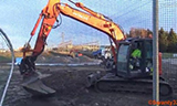 日立Zaxis 135US挖掘机分级,打桩污垢和砾石