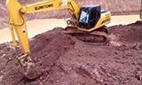 住友SH210挖掘机在装载卡车