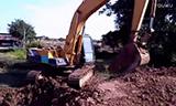 神钢SK07挖掘机在挖坑