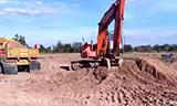 日立EX120挖掘机在装载卡车