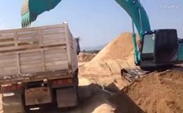 神钢sk200-10挖掘机装载卡车