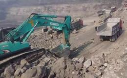 神钢挖掘机在矿山工作