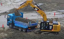卡特彼勒320E挖掘机装载自卸车