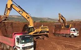 卡特彼勒365C挖掘机在加载自卸车